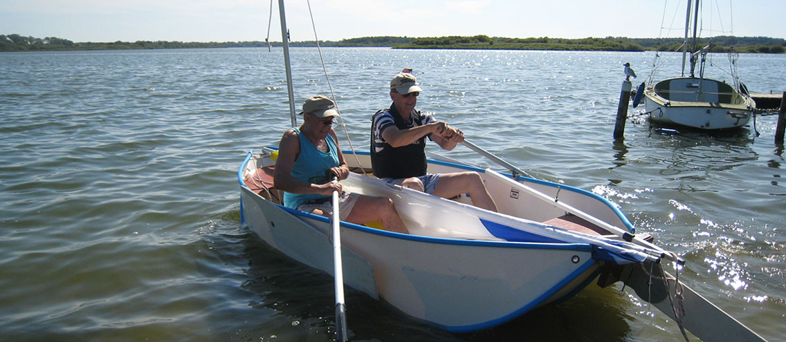 Banana®-boat can be made ready for use in a few simple steps - depending on the type - either as a rowing boat or canoe, also as a sailing boat or as a motor boat. One can choose between a petrol engine or an electric motor.